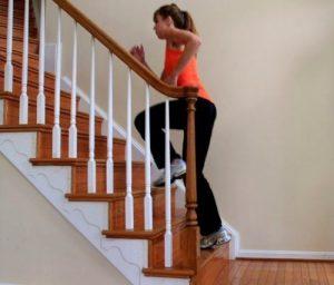 Kvinne løper i trapp for å trene
