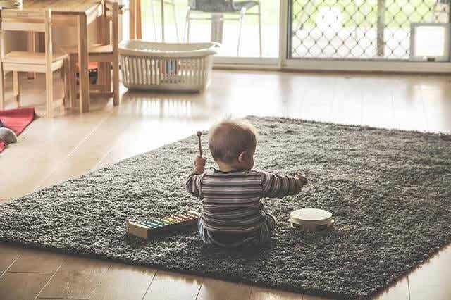 Hvorfor vil babyer alltid kaste alt mulig på gulvet?