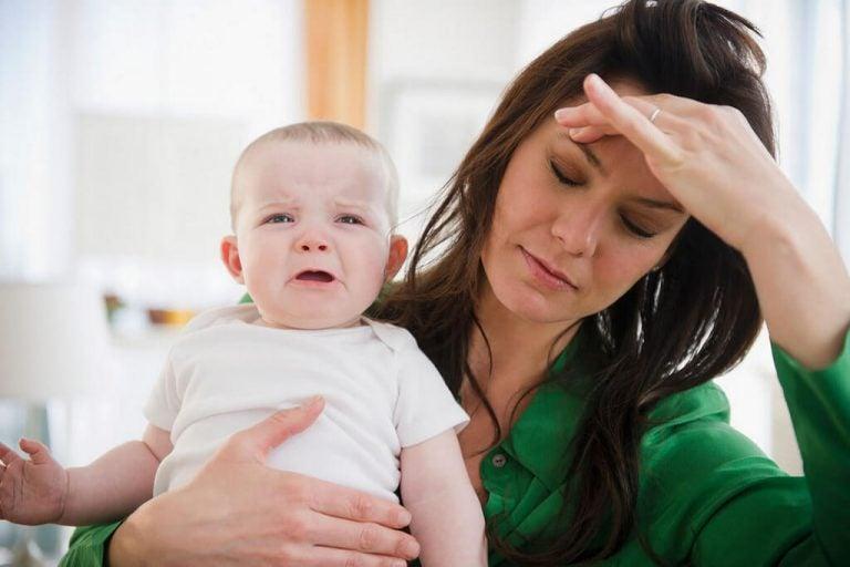 Trøtt mor og trist baby