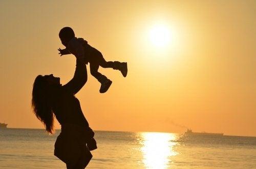 Mor og barn i solnedgang