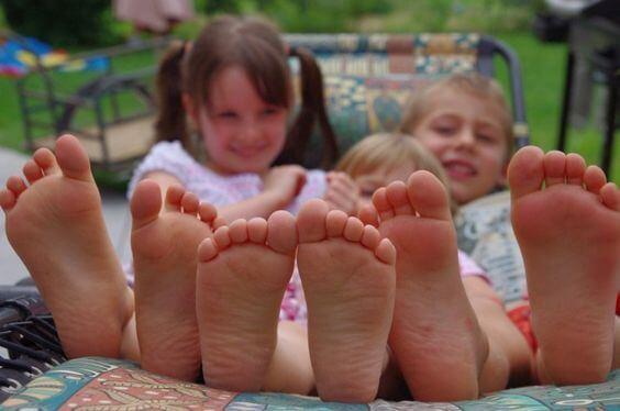 Fordelene med å la barna dine gå barbeint