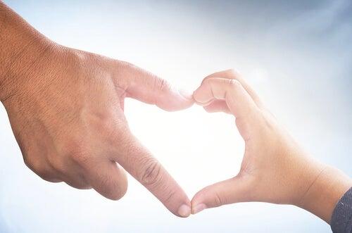 far-og-sønn-hjerte-hender