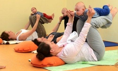 En mor trener med baby