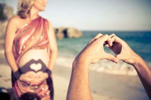 Gravid mor på stranden
