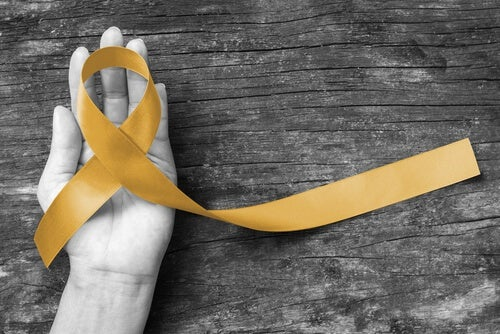 Hånd med gul sløyfe