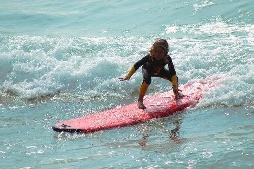 Jente surfer