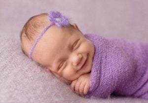 Baby smiler og sover