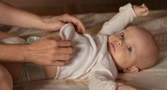 Bør du vekke babyen for å skifte bleie?