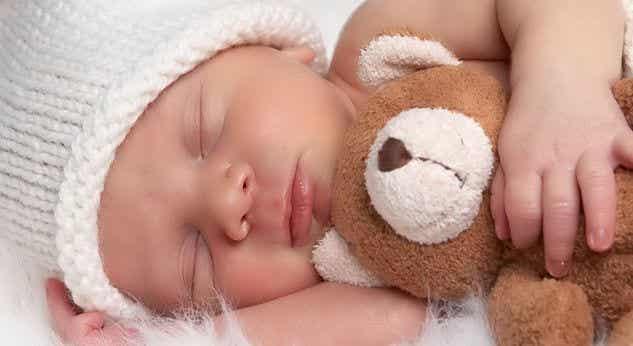 Når vil babyen min begynne å sove hele natten?