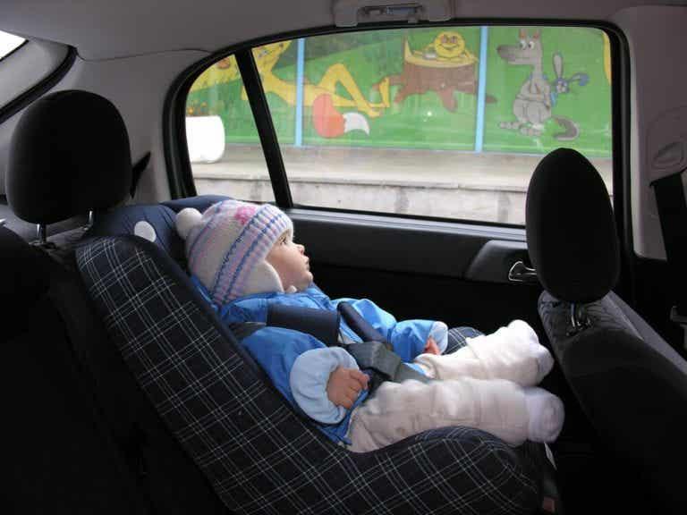 Hvorfor bør ikke barnet sitte i bilen med ytterjakken på?