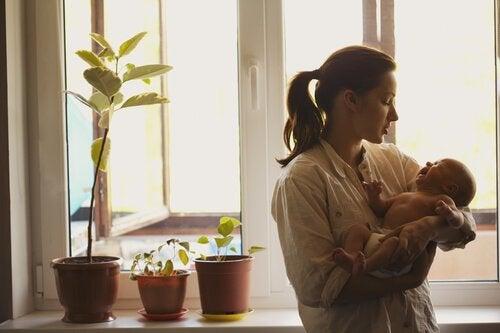 mor som holder barnet sitt