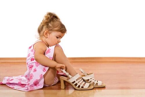 jente med mammas sko