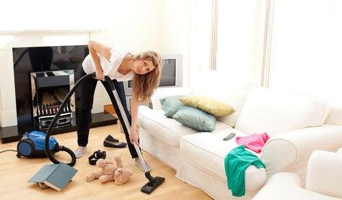 Kvinne rengjør huset