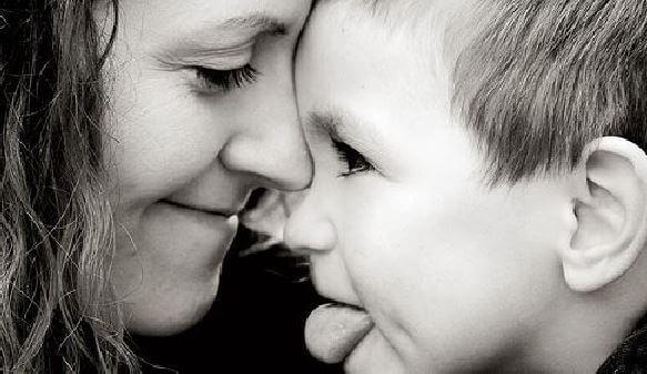 En mor elsker å gi barnet sitt gaver