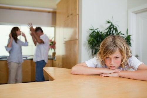Det er ikke snilt å krangle slik at barna føler seg triste