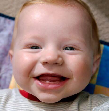 6 tegn på at barnets første tenner er på vei