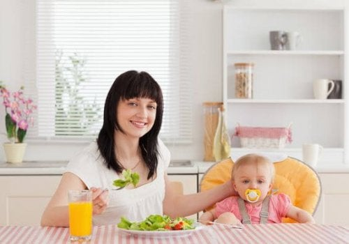 mor som spiser sammen med baby