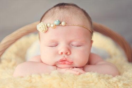 hårbånd og sløyfer på en baby
