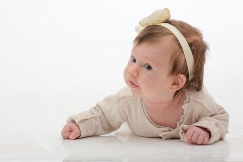 hårbånd og sløyfer kan forårsake skade på babyer