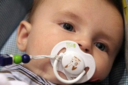 baby suger på en smokk