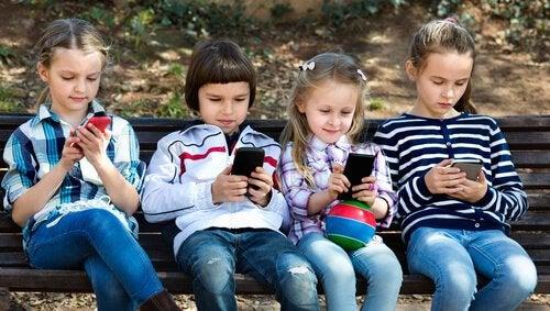 8 grunner til at barn under 12 ikke bør bruke smarttelefoner