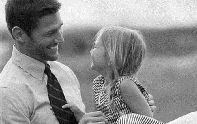 svart og hvitt bilde av en far og en datter