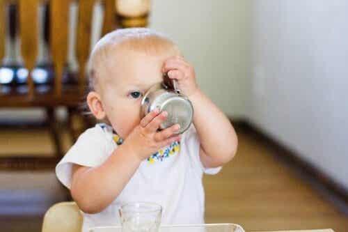 Når er det riktig å gi babyen vann?