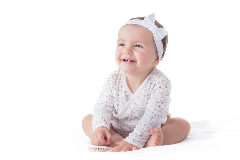 Vær forsiktig med å bruke hårbånd og sløyfebånd på babyen din