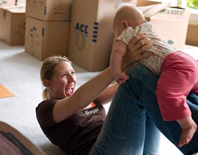 Lek med babyen din for å gi den stimulering