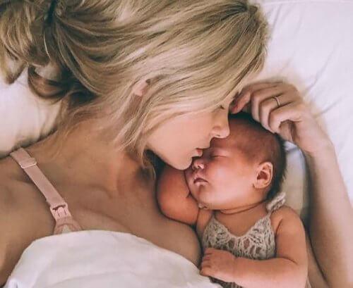 mor sover med nyfødt baby
