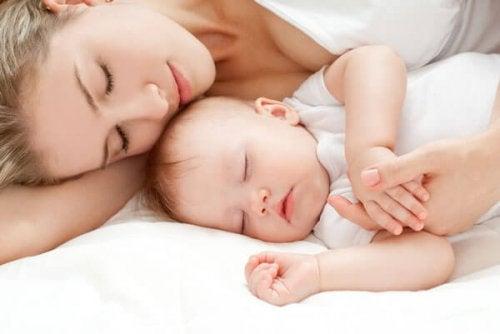 måter å hjelpe babyen til å sove om natten