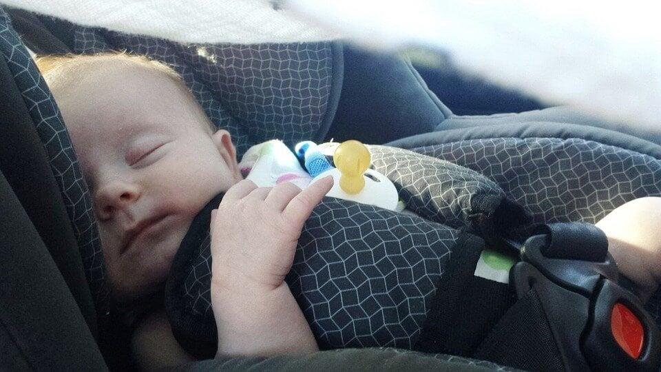 Sikkerhetstips for å reise med din nyfødte i bil