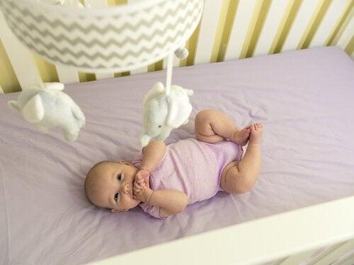 Tredje måned av et barns liv: Bevegelse og sanser utvikler seg