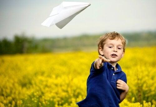 gutt med papirfly