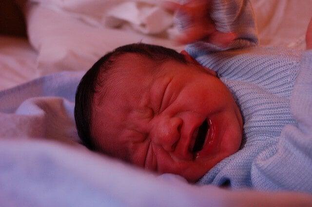 5 triks for å roe ned babyen som gråter