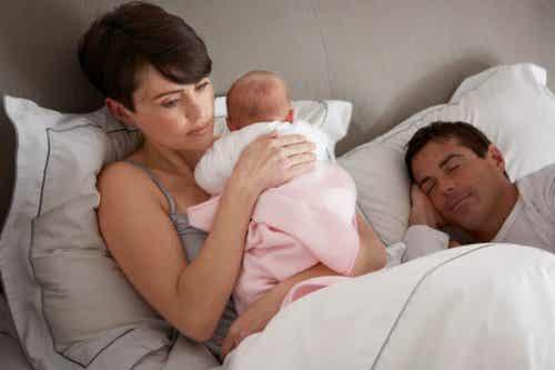 Hva kan jeg gjøre hvis babyen min våkner om natten?