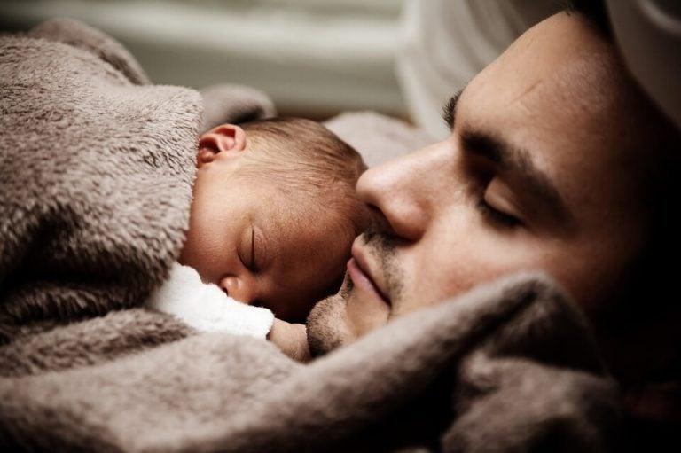 far og baby sover