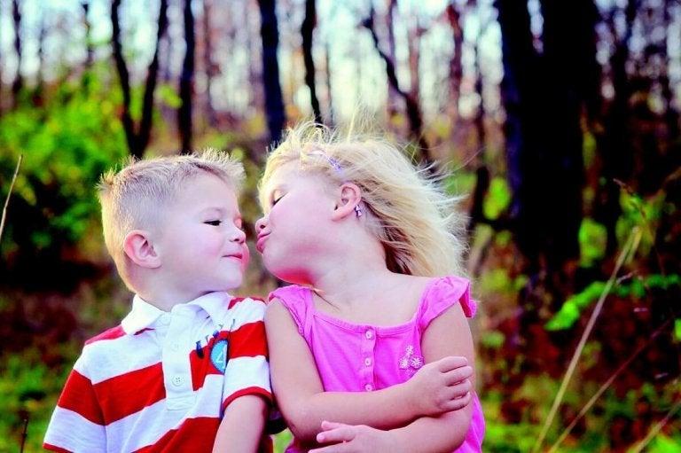 Hvorfor vi ikke bør få barna til å gi kyss