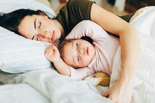mor og barn sover