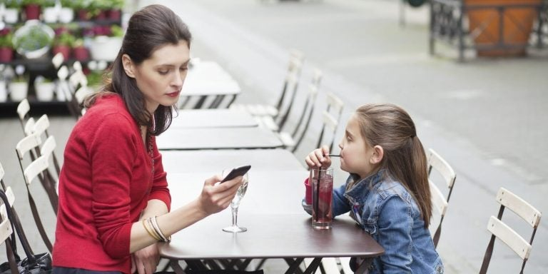 mobilavhengigheten din skader barna dine