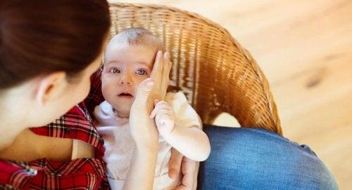 Det øyeblikket når din baby faller for første gang