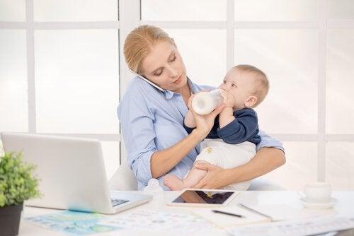 Dagen til arbeidende mødre er tilsvarende to arbeidsdager for fedre