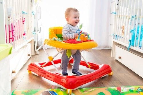 Fordeler og ulemper ved å la barn bruke gåstol