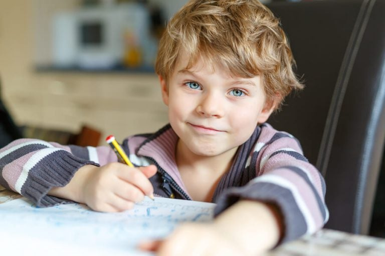 6 tips for å lære barn å gjøre sine lekser på egen hånd