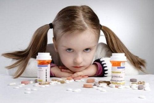 Hold unna rekkevidde for barn: 9 farer i husholdningen