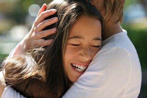 8 Terapeutiske fordeler ved å kjærtegne barnet ditt