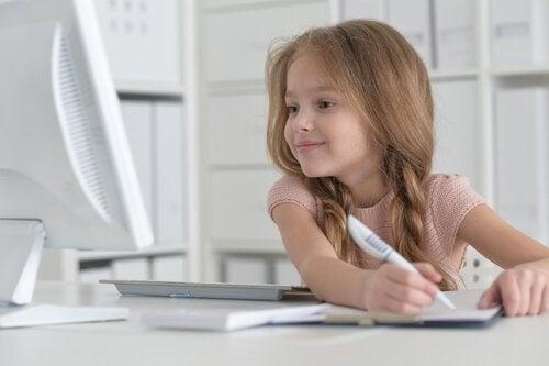 Hvordan hjelpe barnet ditt å lære å skrive