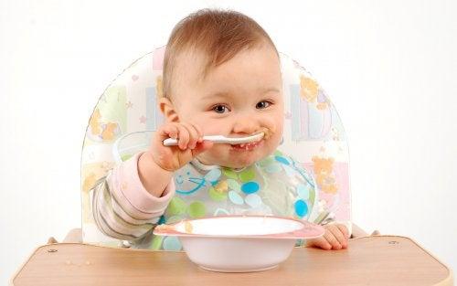 Baby som spiser