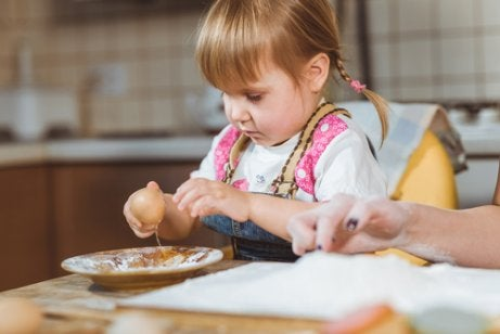 Bør jeg la barnet mitt leke med maten sin?
