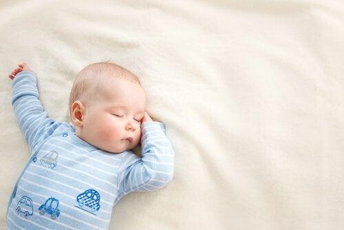 Hva Burde Jeg Gjøre Hvis Babyen Min Snur Seg På Magen Mens Den Sover?